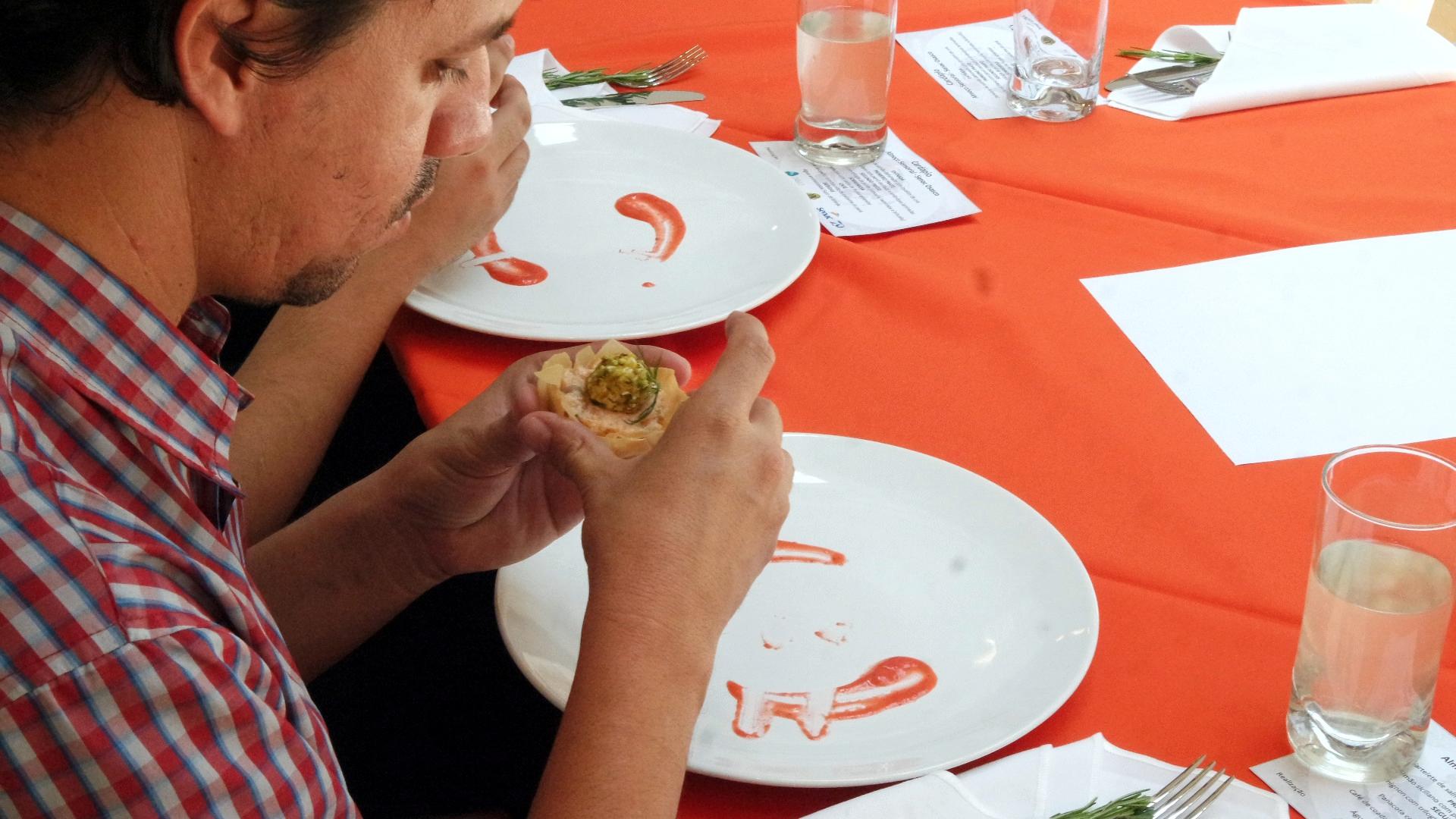 Um dos convidados cegos na degustação