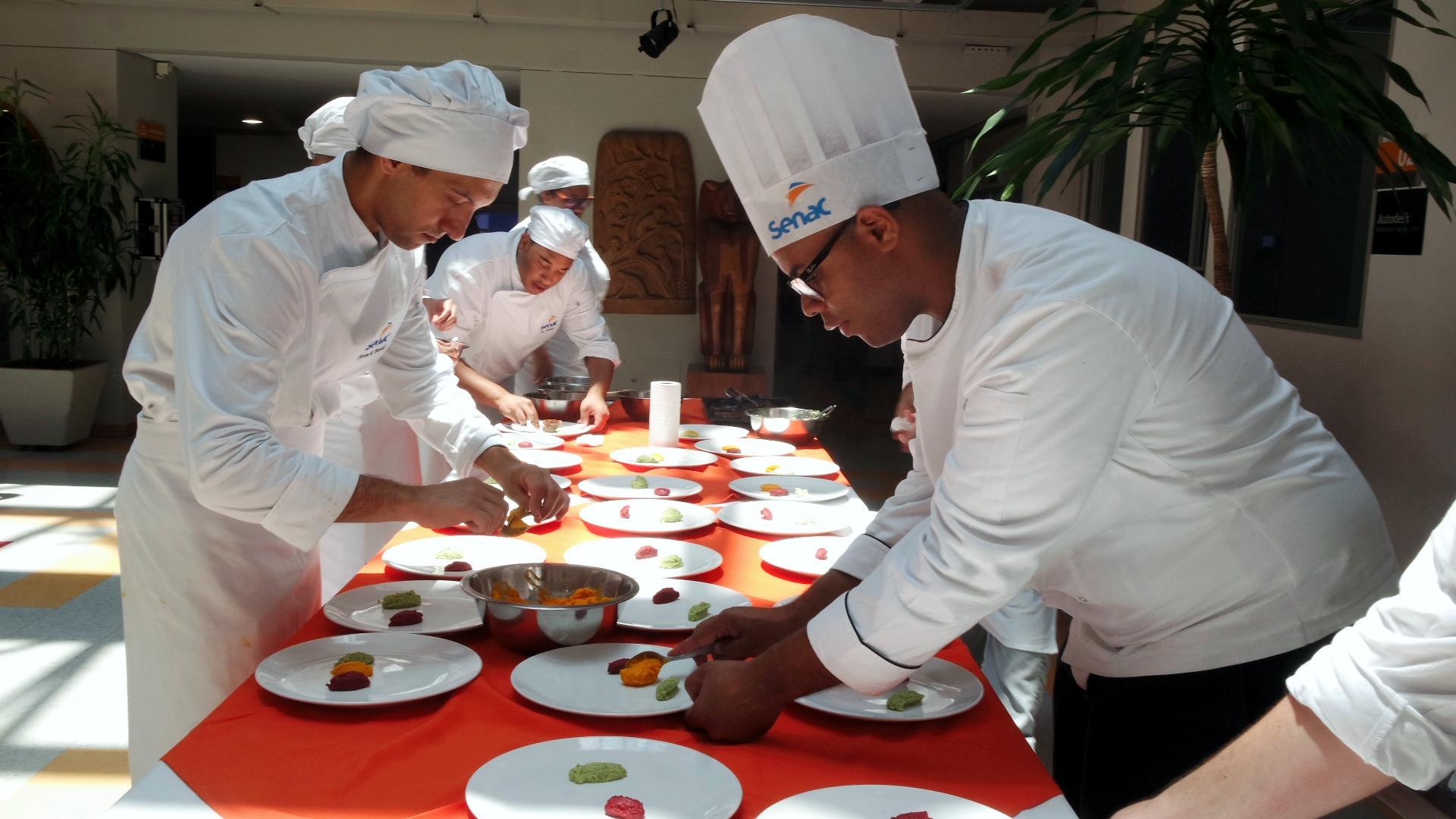 Chef Lucio Roberto e alunos na preparação do segndo prato