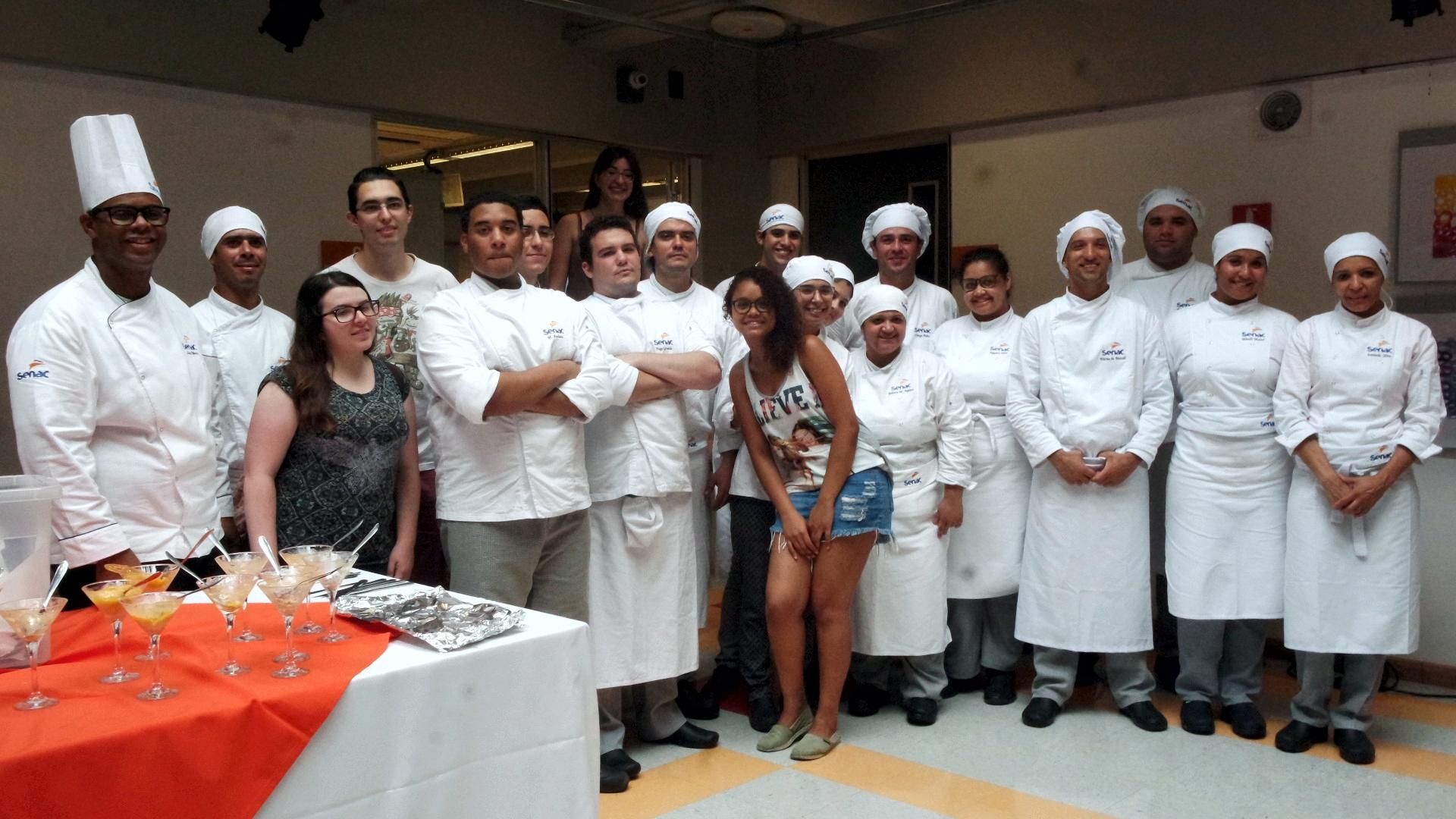 Chef (professor) e alunos do serviço do almoço