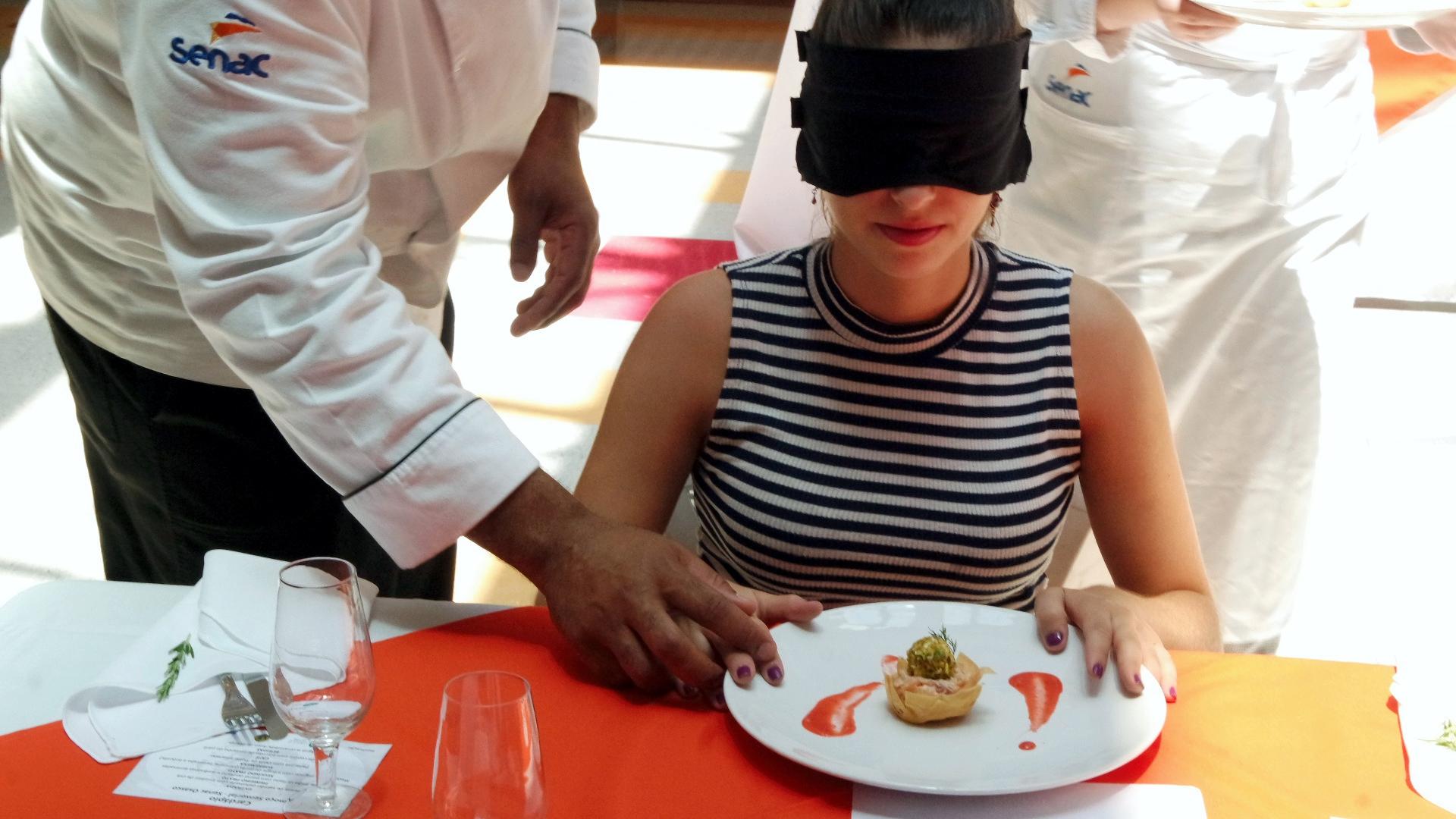 Chef Lúcio Roberto orienta uma das convidadas